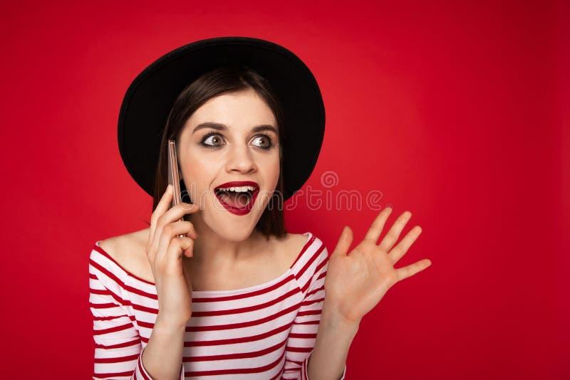 Счастливая любопытная милая дама говоря мобильным телефоном стоковые фотографии rf