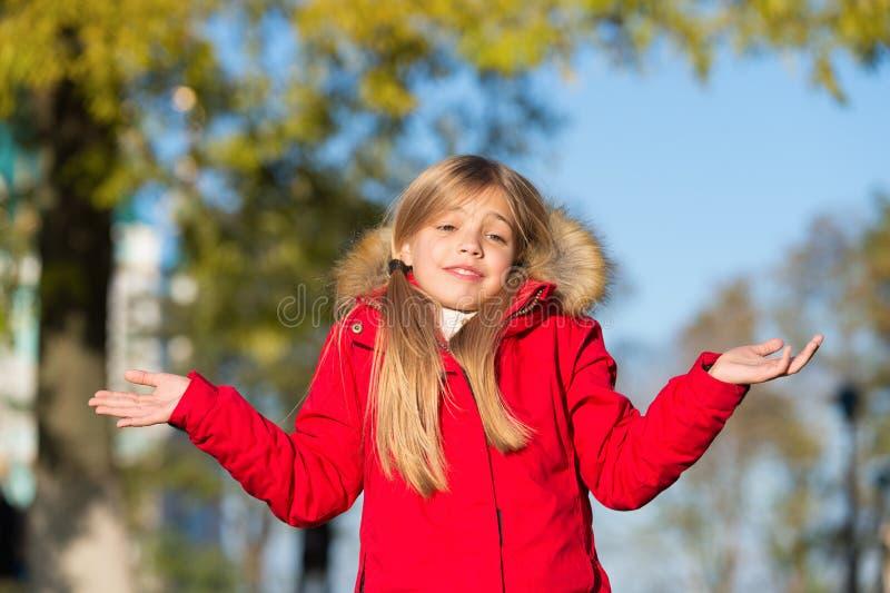 Счастливая малая девушка в парке осени Малая девушка сделала ее в ошибке oops Даже самое велемудрое нас может совершить ошибка Пе стоковые изображения rf