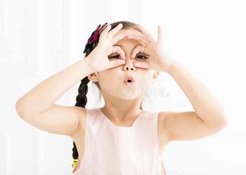 Счастливая маленькая девочка смотря далеко стоковые изображения rf