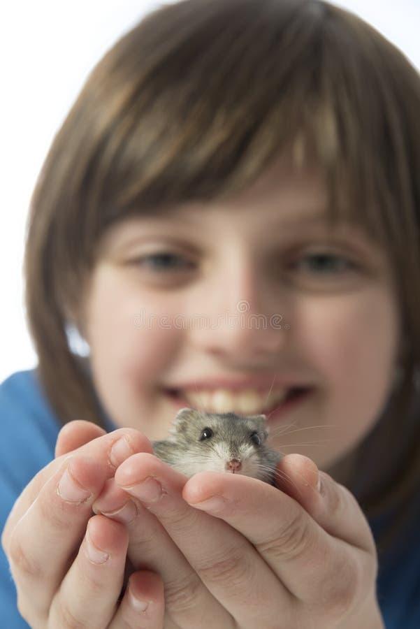 Счастливая маленькая девочка с милым хомяком стоковое изображение