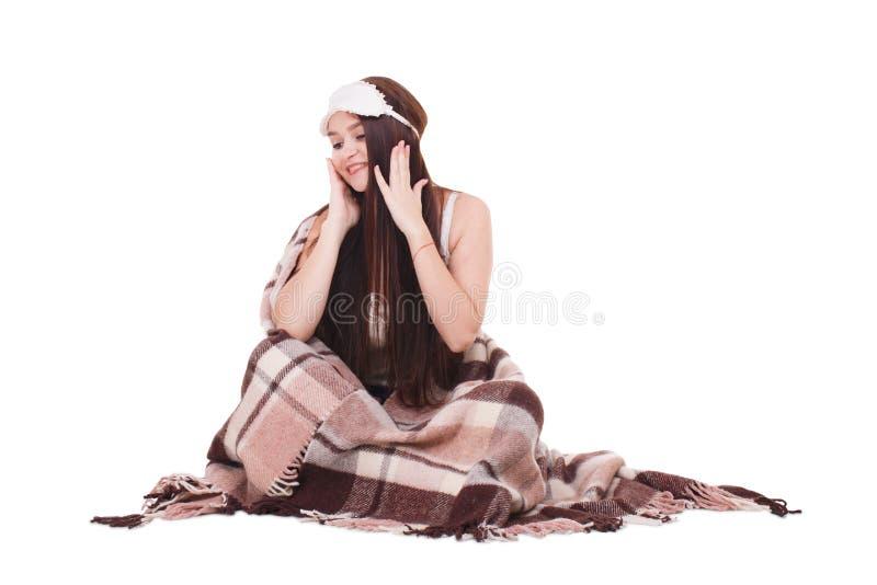 Счастливая маленькая девочка, с сидит при маска для спать и покрытая с половиком изолировано стоковая фотография rf