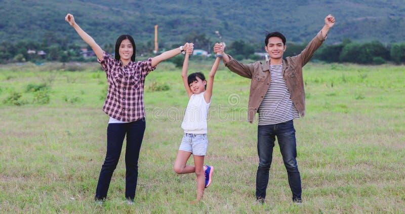 Счастливая маленькая девочка e с азиатской семьей наслаждаясь поездкой и летними каникулами стоковое изображение rf