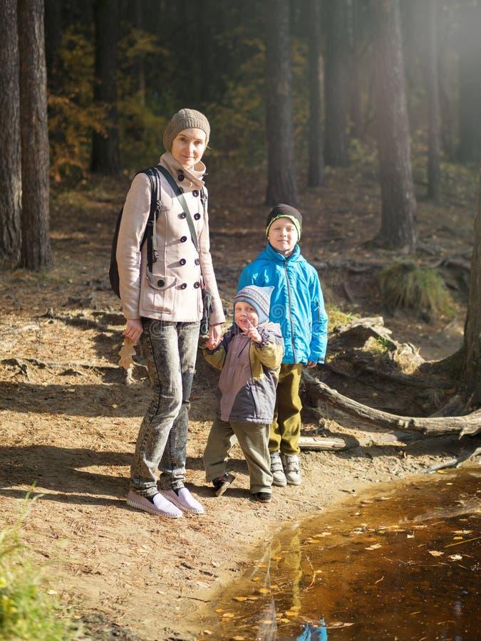 Счастливая мама с 2 детьми стоковые фотографии rf