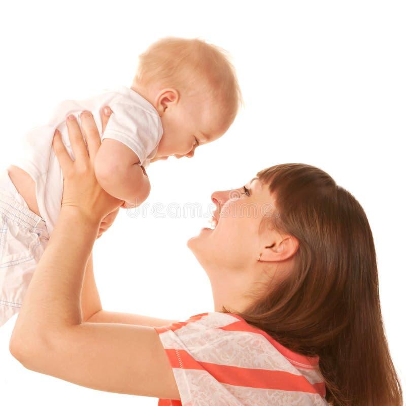 Счастливая мать и младенец играя и смеясь над. стоковые изображения rf