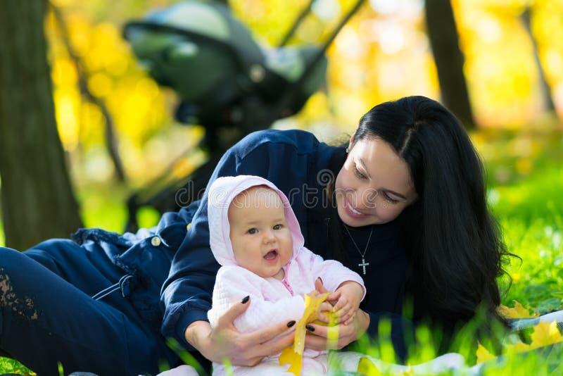Счастливая мать и ребенок играя в парке стоковые фотографии rf