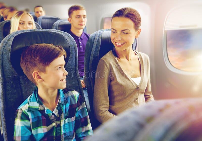 Счастливая мать и сын путешествуя самолетом стоковое фото rf