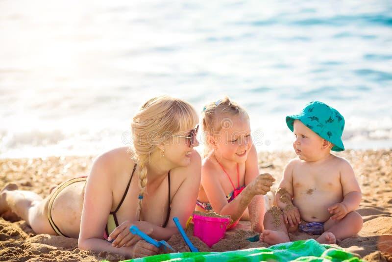 Счастливая мать отдыхая на море с ее дочерью стоковая фотография rf