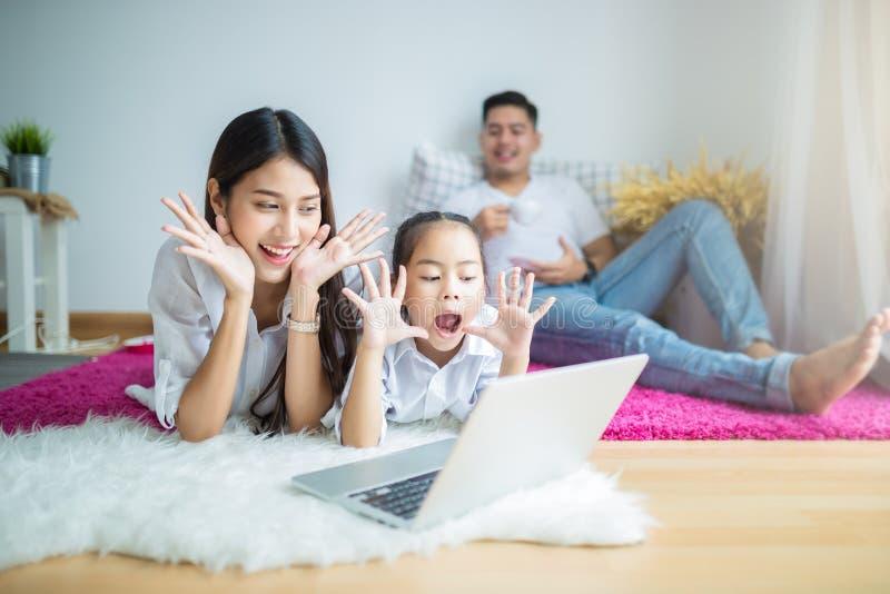 Счастливая мать семьи, отец, дочь ребенка стоковое изображение