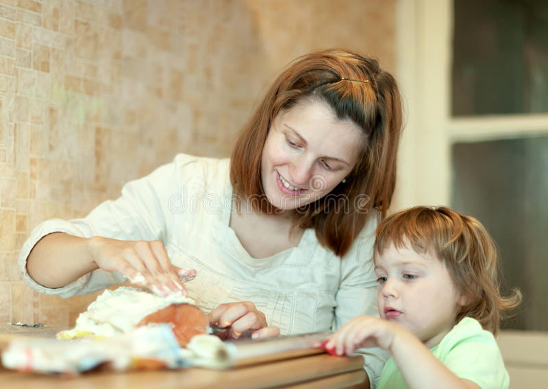 Счастливая мать с семгами девушки foiling стоковые изображения