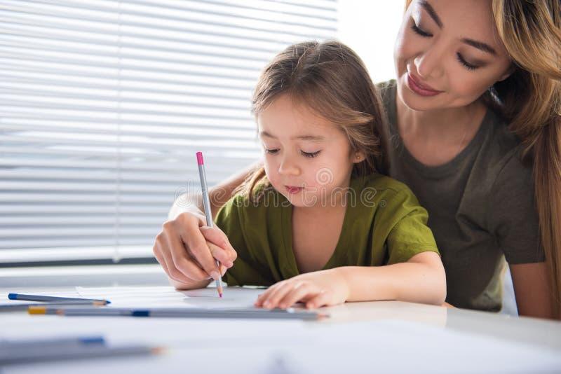 Счастливая мать тратит время с ее ребенком стоковое изображение