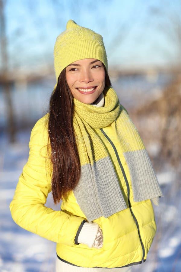 Счастливая милая азиатская женщина зимы в снеге стоковая фотография