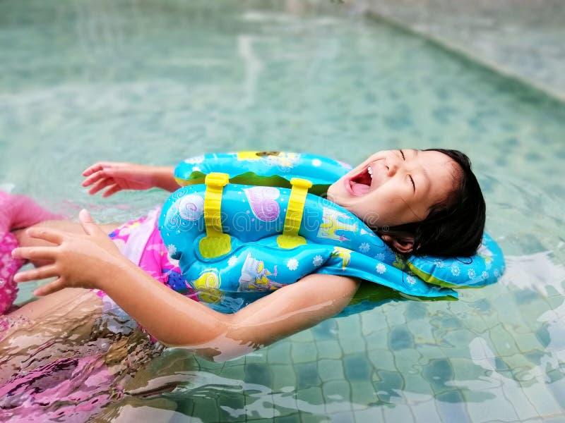 Счастливая милая девушка в бассейне стоковое изображение