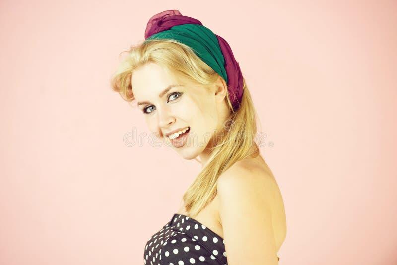 Счастливая, милая девушка с усмехаться длиной, светлых волос и hairband стоковая фотография