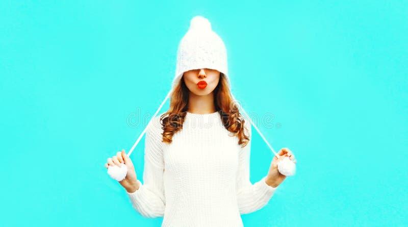 Счастливая милая женщина дуя красные губы отправляет поцелуй воздуха стоковые фотографии rf