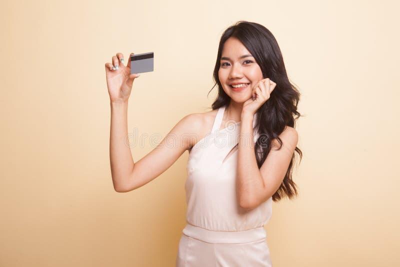 Счастливая молодая азиатская женщина с пустой карточкой стоковое фото rf