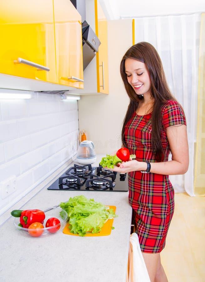 Счастливая молодая женщина в кухне стоковая фотография