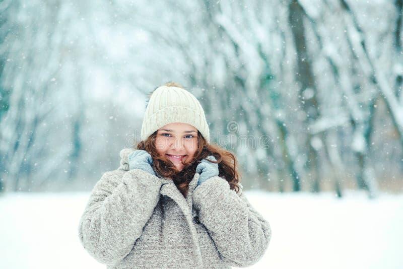Счастливая молодая женщина в wintertime, прогулке в природе стоковое фото
