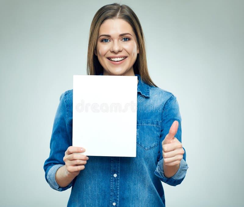 Счастливая молодая женщина держа доску знака показывает большой палец руки вверх стоковые изображения