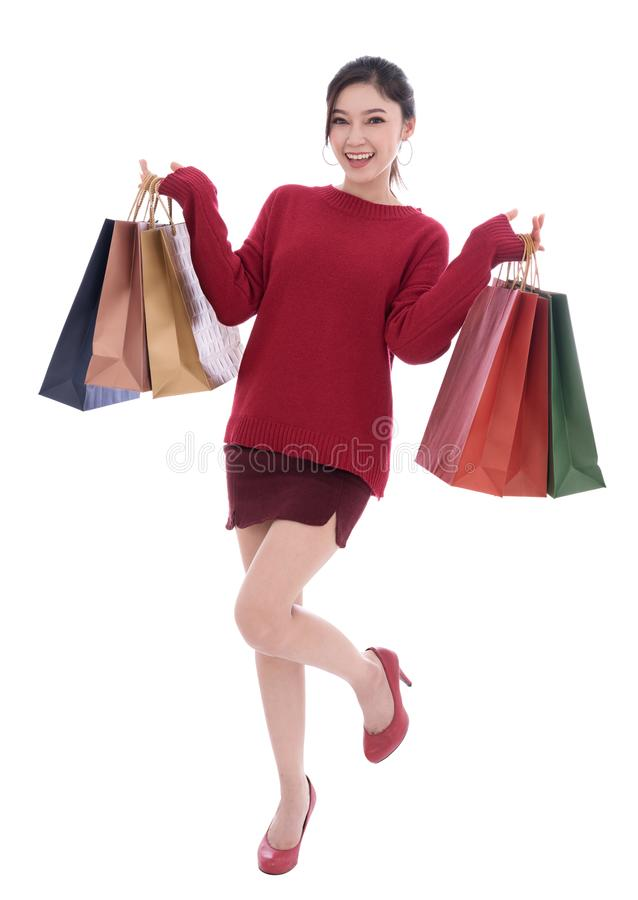 Счастливая молодая женщина держа хозяйственную сумку изолированный на белой предпосылке стоковые изображения rf