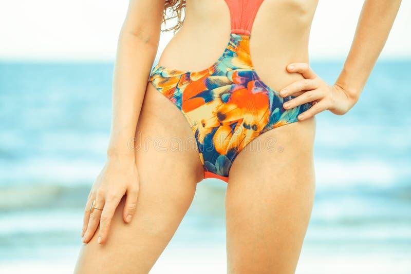 Счастливая молодая женщина на пляже в летних каникулах стоковое фото