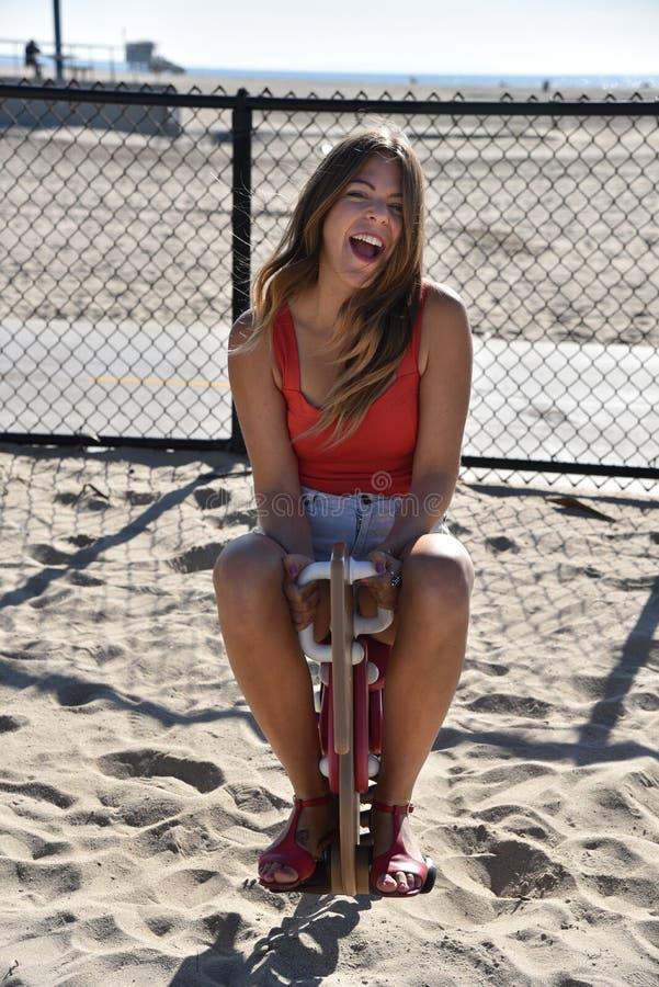 Счастливая молодая женщина поступая как ребенок стоковое изображение