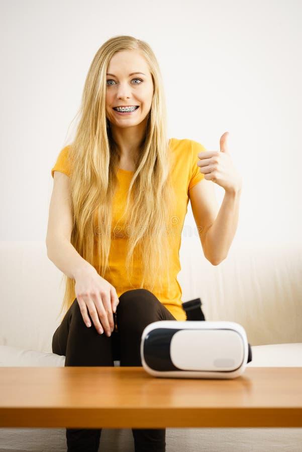 Счастливая молодая женщина рядом с VR стоковые изображения rf