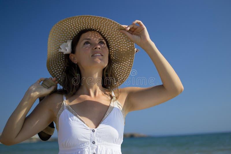 Счастливая молодая женщина смотря вверх стоковая фотография