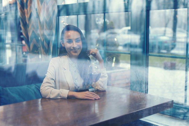 Счастливая молодая женщина смотря прямо на камере стоковое фото rf