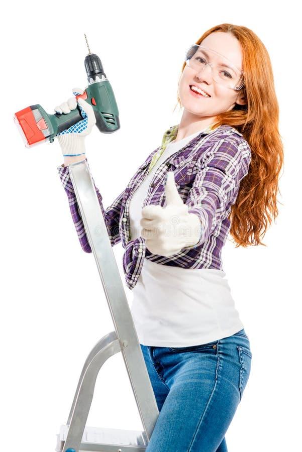 счастливая молодая женщина с инструментом на белизне стоковые изображения rf