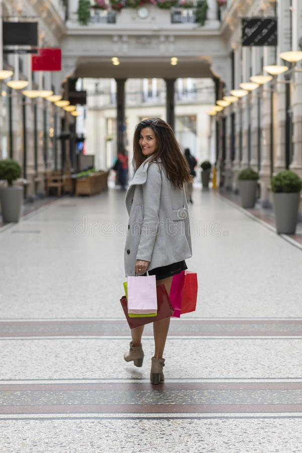 Счастливая молодая женщина с сумками для покупок стоковое фото