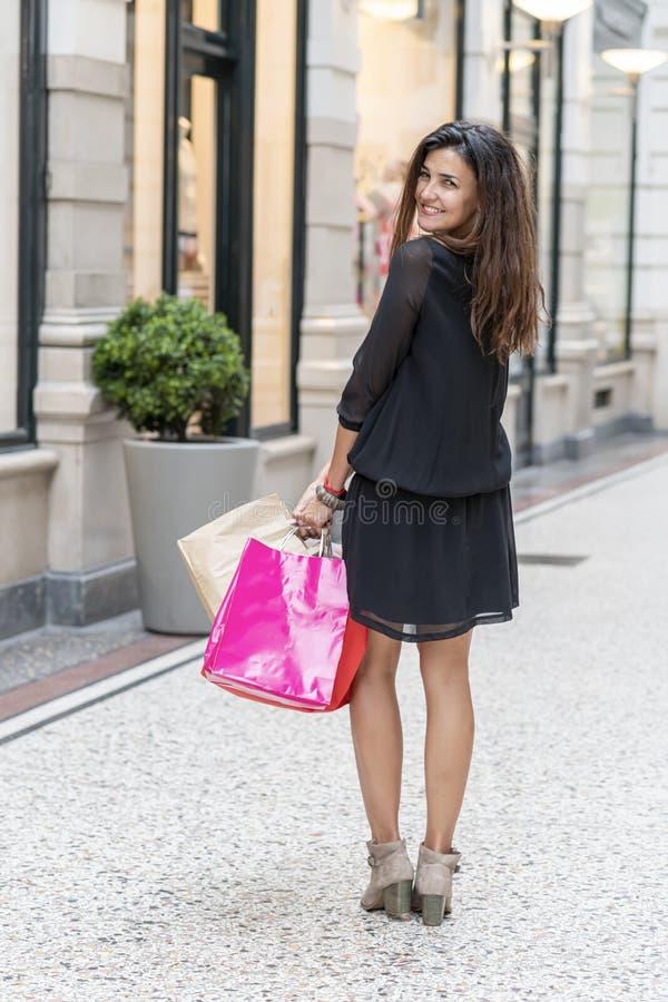 Счастливая молодая женщина с сумками для покупок стоковое фото rf
