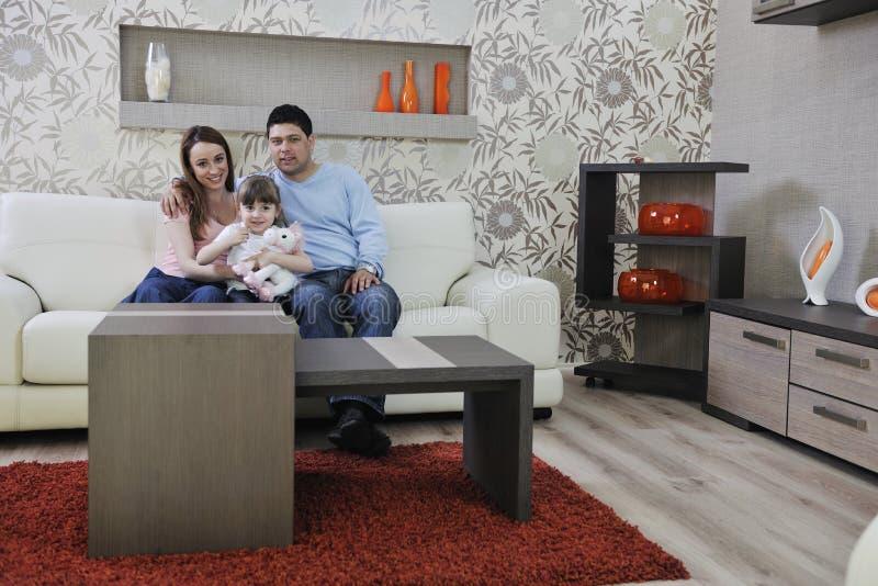 Счастливая молодая семья дома стоковая фотография rf