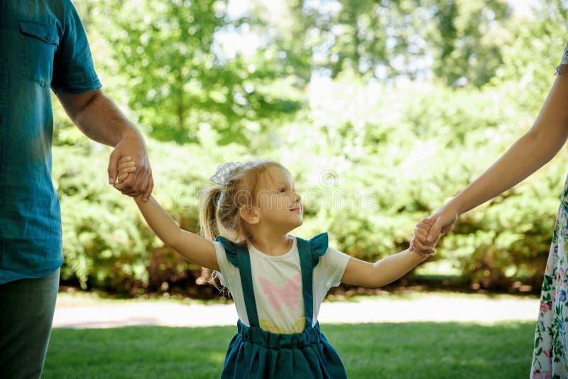 Счастливая молодая семья имея природу снаружи потехи весной стоковые фотографии rf