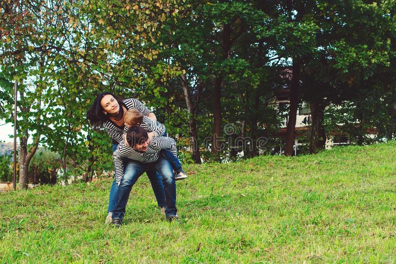 Счастливая молодая семья тратя время совместно в парке стоковое фото rf
