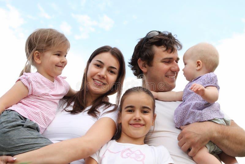 Счастливая молодая семья стоковое изображение rf