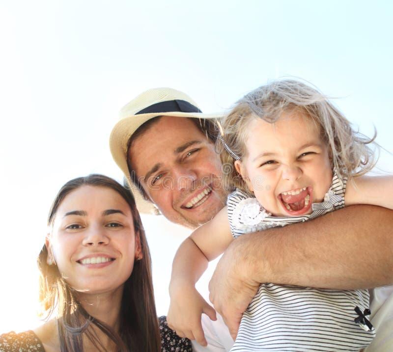 Счастливая молодая семья стоковые фотографии rf