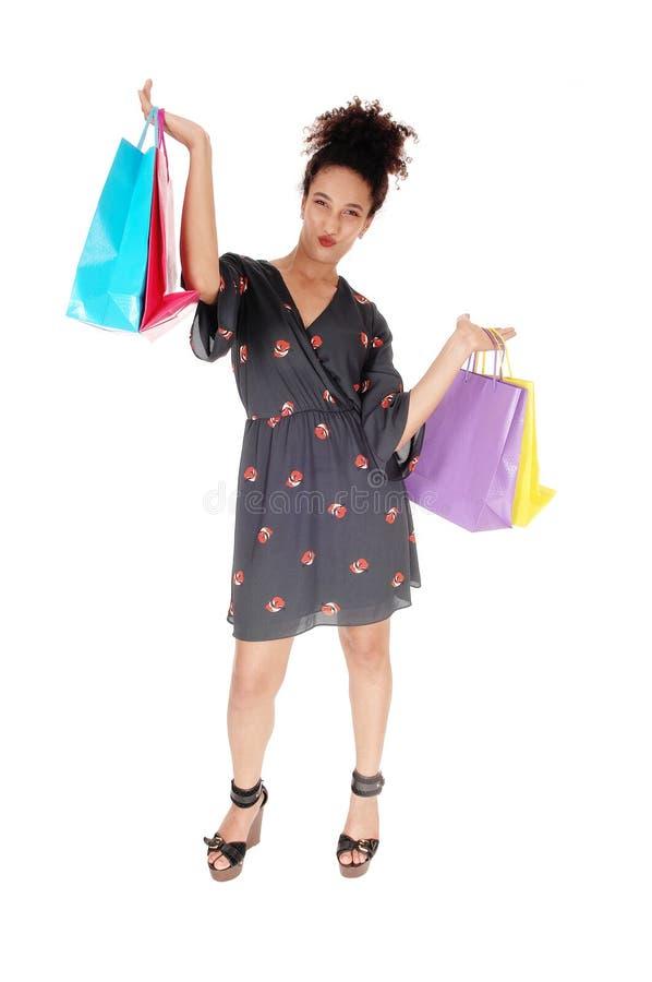 Счастливая молодая ходя по магазинам женщина с сумками поднятыми вверх стоковые изображения