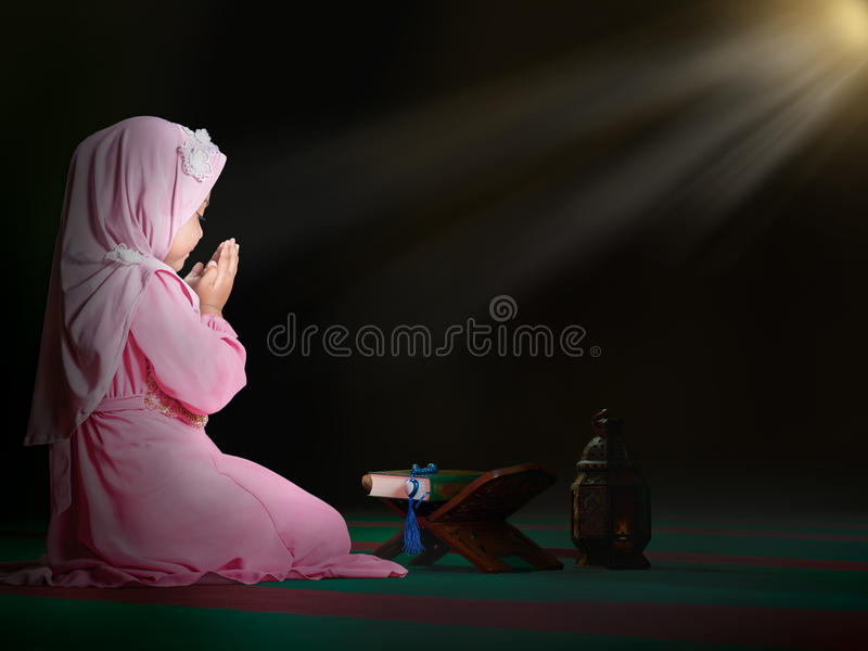 счастливая мусульманская девушка с полным hijab в розовом платье стоковая фотография rf