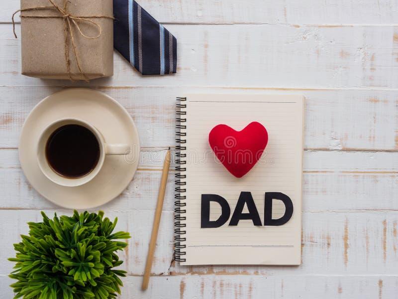 Счастливая надпись дня ` s отца с красочной связью, подарочной коробкой, планом стоковые фотографии rf