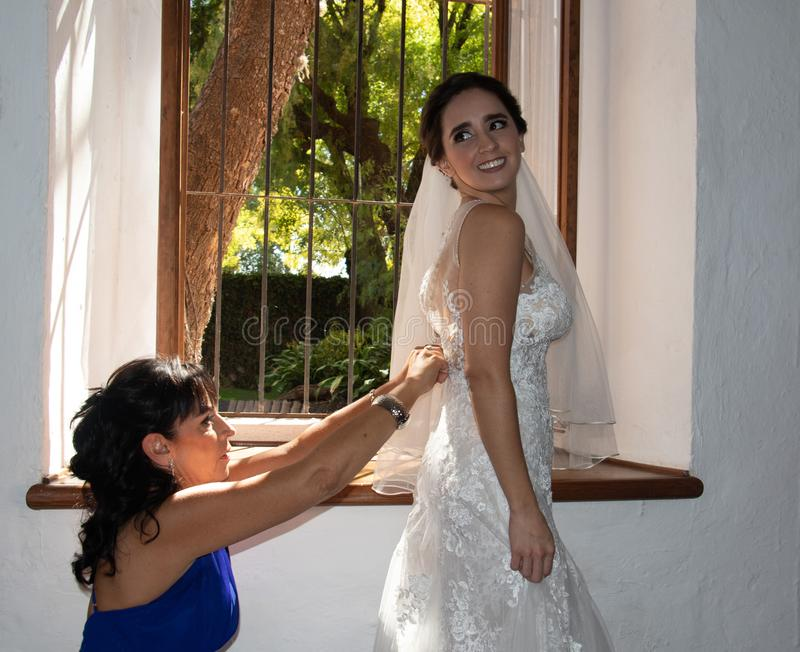 Счастливая невеста с ее матерью стоковое изображение