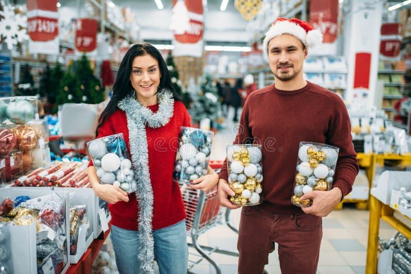 Счастливая пара держит коробки с игрушками рождества стоковые фото