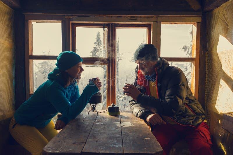 Счастливая пара путешественников выпивает кофе стоковое фото rf