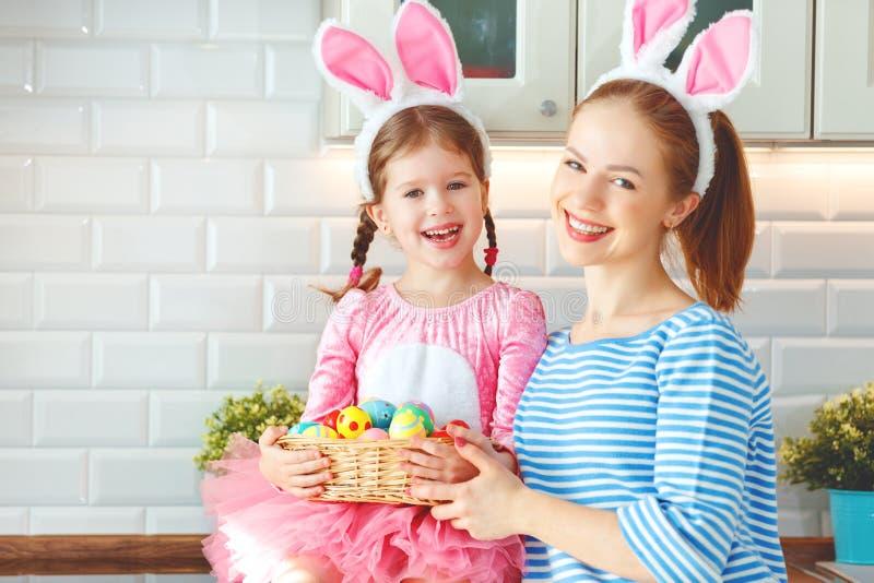 Счастливая пасха! мать семьи и дочь ребенка с ge зайцев ушей стоковое фото rf