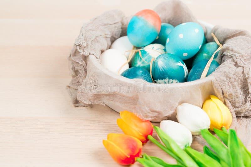 Счастливая пасха, органические голубые пасхальные яйца с белыми яичками цвета ждет красить, украшения праздника пасхи стоковое фото rf