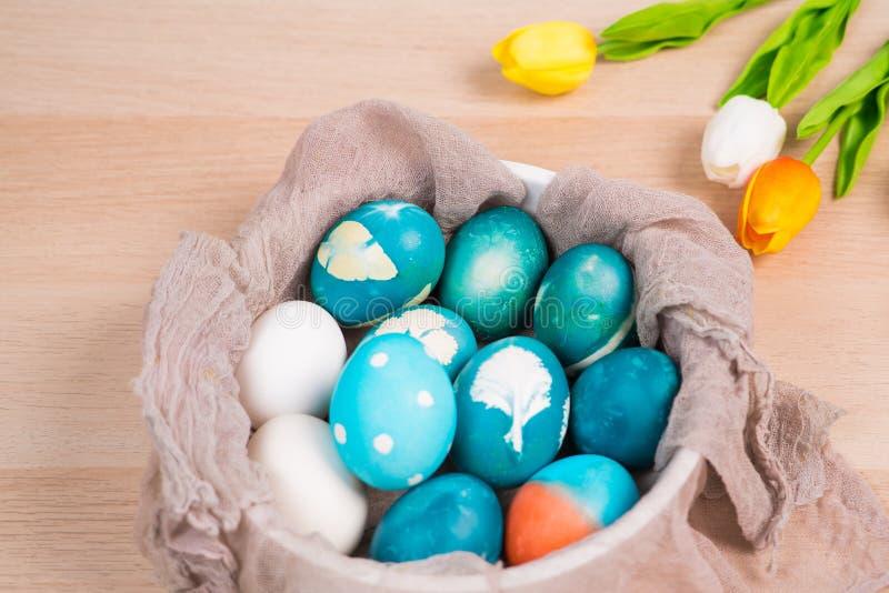 Счастливая пасха, органические голубые пасхальные яйца с белыми яичками цвета ждет красить, украшения праздника пасхи стоковая фотография