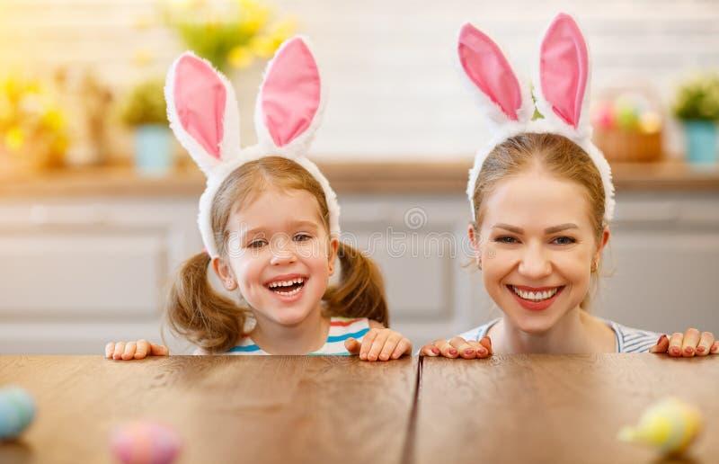 Счастливая пасха! счастливые мать и дочь семьи с ушами зайцев стоковое фото