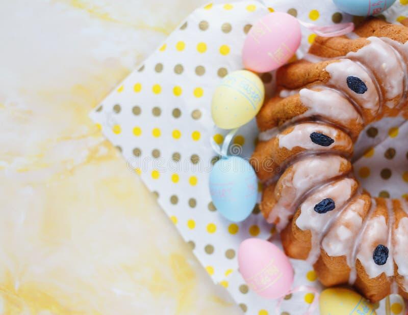 Счастливая пасха! Handmade торт на полотенце, яйцах, деревянном кролике зайчика на желтой мраморной предпосылке украшение пасха стоковое изображение rf