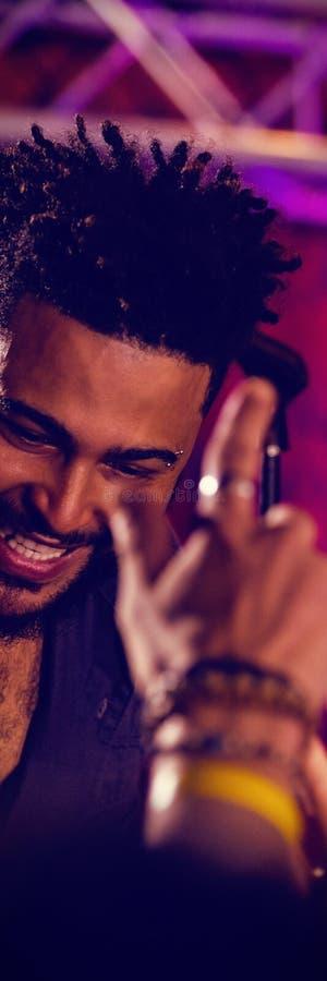 Счастливая певица взаимодействуя с аудиторией в ночном клубе стоковая фотография