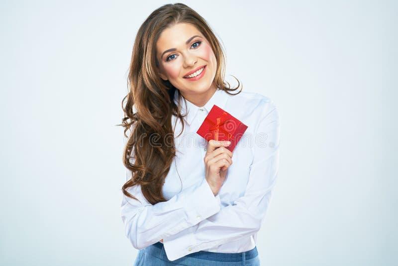 Счастливая подарочная коробка красного цвета владением женщины женщина дела 2 стоковая фотография