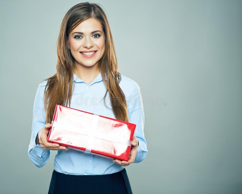 Счастливая подарочная коробка красного цвета владением женщины Портрет бизнес-леди стоковое фото rf